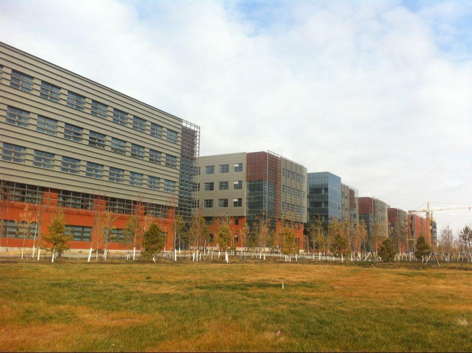 日前,教育部正式批复,同意中国石油大学(北京)建设克拉玛依校区。   我们2015年赴克拉玛依工程师学院实习的专硕生正在见证着咱们校区的建设。目前这里有克拉玛依职业技术学院、新疆医科大学厚博学院、新疆油田技师学院和咱们学校四所大学。虽然这里有四所大学,但走在这个大学城里,就感觉走在自己校园里一样。今年6月份刚从北京来这么远的地方,在校园里的展览版上看到张来斌校长、詹亚力院长、化工学院郭绪强老师等,感觉很亲切。  一次到北疆旅游,回来时坐在从北屯到克拉玛依的火车上,听见座位背面有个少数民族同学跟别人聊天,他